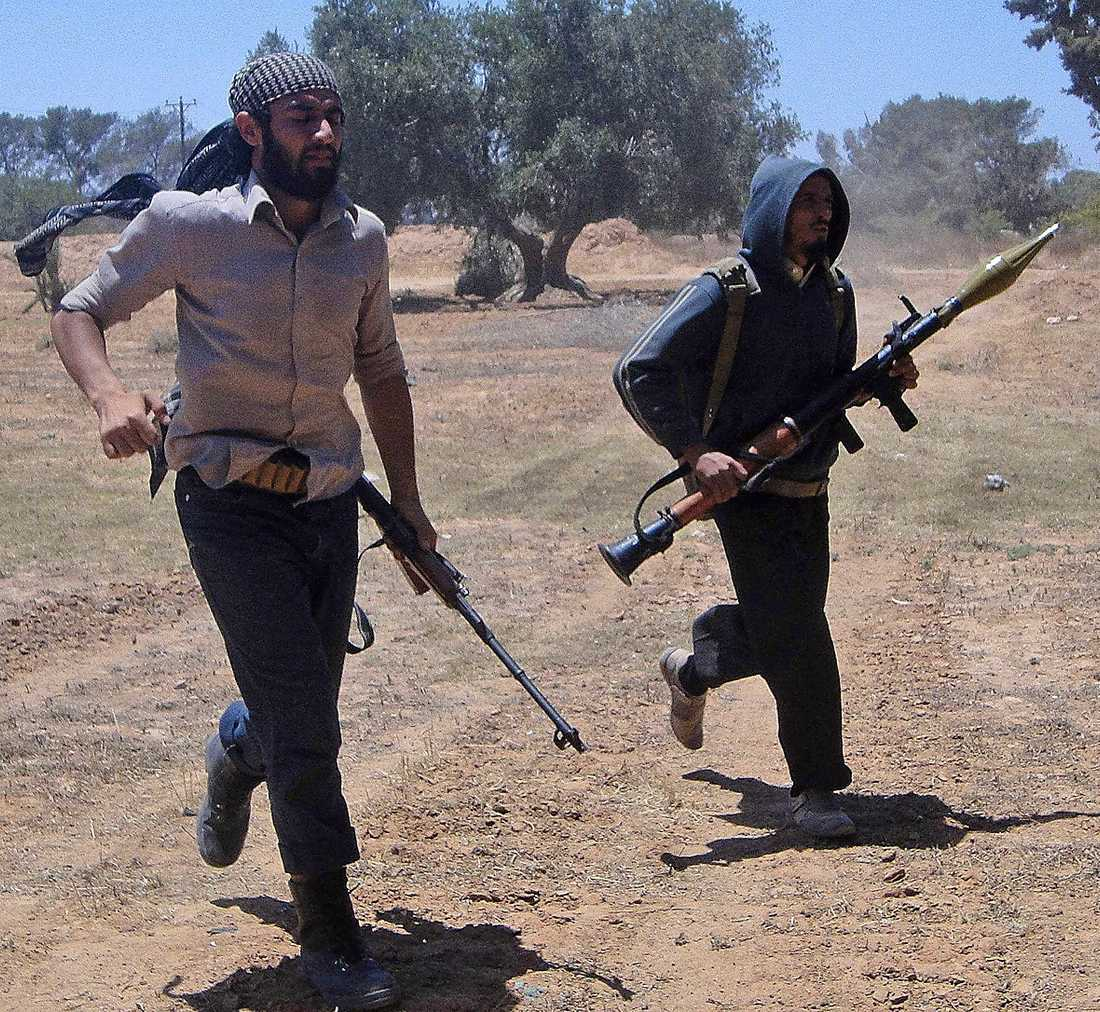 Rebellsoldater på flykt vid fronten i västra Libyen.