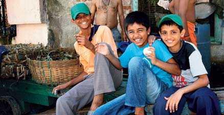 Det är liv och rörelse dygnet runt i Colaba. På dagarna leker barn för fullt på gator som på kvällarna förvandlas till platser där det förekommer en del kriminalitet.