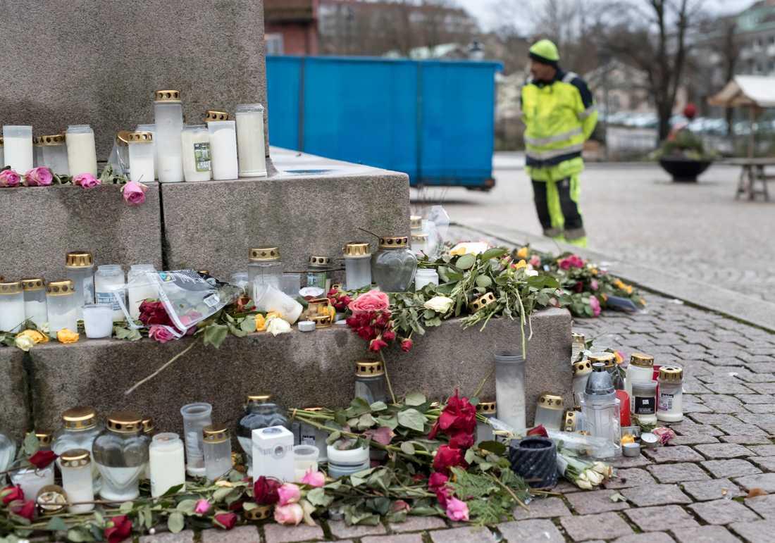 Blommor och ljus i centrala Uddevalla på fredagen, till minne av den mördade 17-åriga flickan.