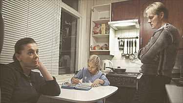 """lever fem personer i ett rum Edvard och Julia har flyttat med sina barn fem gånger sedan de tvingades återvända till S:t Petersburg. Trots att klockan närmar sig midnatt sitter Valerija, 10, i det lilla köket och målar. Hennes mamma Julia håller henne sällskap. Edvard ursäktar att lägenheten är så enkel. """"Jag planerar att göra en liten renovering"""", säger han."""