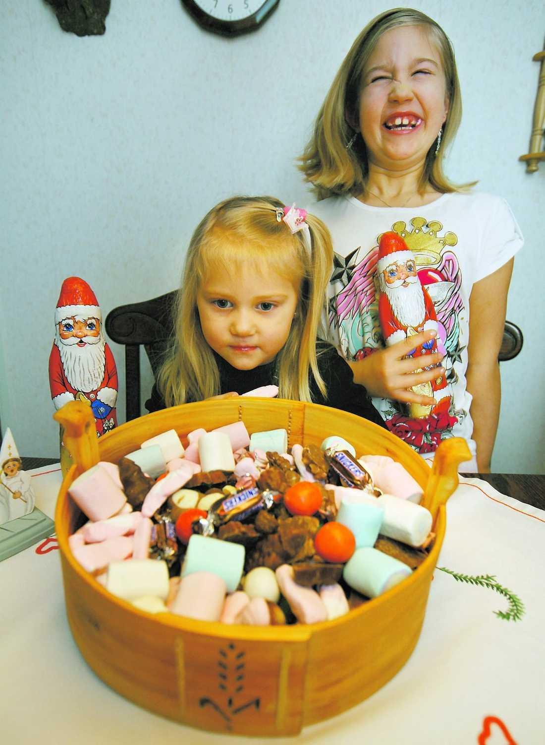 """lugna och glada Tindra, 4, och Tanja, 7, äter gärna lite julgodis. Men de blir inte hyperaktiva, stressade eller ens piggare av sockerchocken. """" Nä, det har jag aldrig märkt"""", säger Tanja."""
