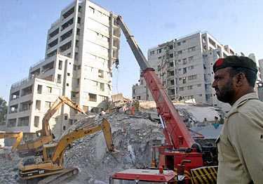 Flera hus totalförstördes i jordbävningen. Svenska Jeanette Niemi hade tur och lyckades fly.