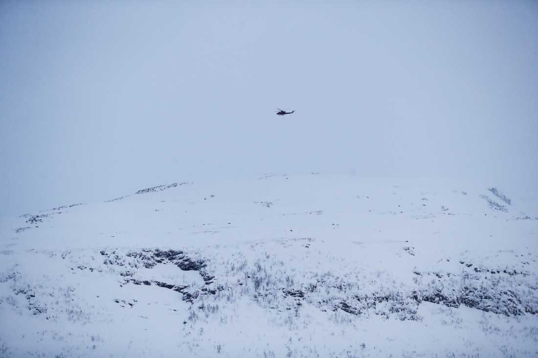 Helikopter söker efter de försvunna på Blåbærfjellet i Tamokdalen den 4 januari.