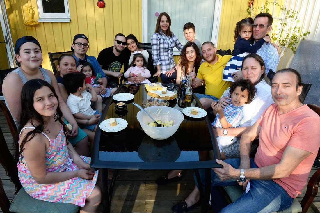 Hela familjen var inbjudna till Carlos Almaguer, 56, i Älvsjö (längst t h) på lördagskvällen för årets första grillfest.