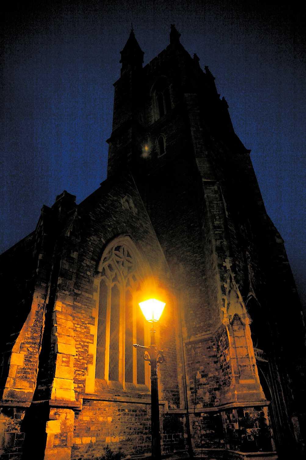 SPÖKTÄTT Newport på Isle of Wight bjuder på gott om spöklika miljöer – som dimhöljda Saint James Cathedral.