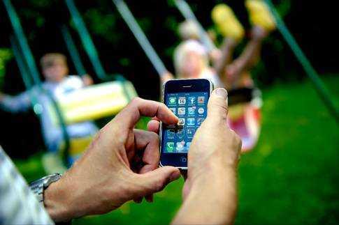 Fransk polis uppmanar föräldrar att tänka sig för innan de lägger upp bilder av sina barn på Facebook.