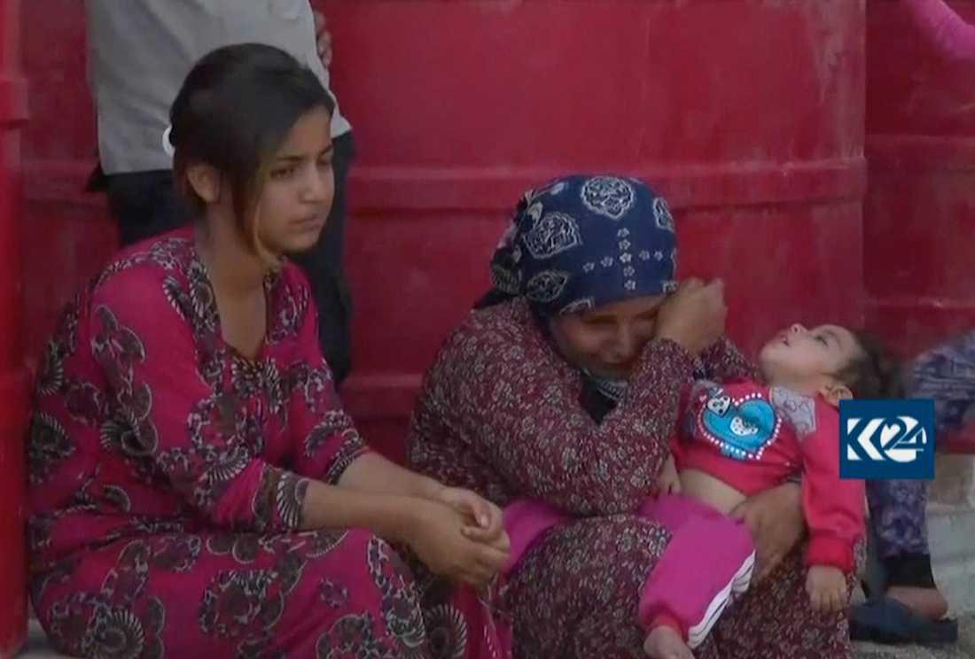Flyktingfamilj som lyckats ta sig från bombningarna till ett flyktingläger i Ras al-Ayn.