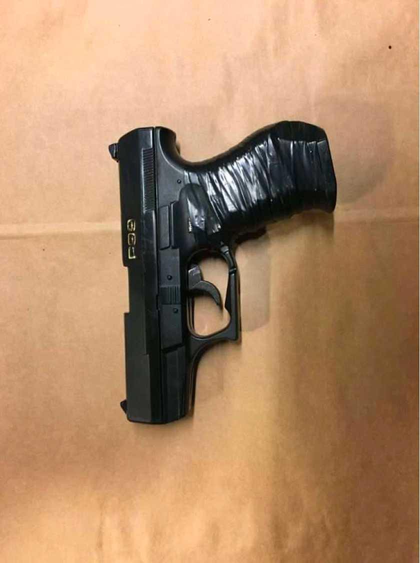 Plastpistolen som polisen beslagtog på bussen där sex misstänkta gärningsmän greps efter ett personrån.