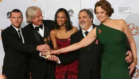 "Sam Worthington, James Cameron, Zoe Saldana, producenten Jon Landau och Sigourney Weaver jublar över ""Avatars"" vinst."