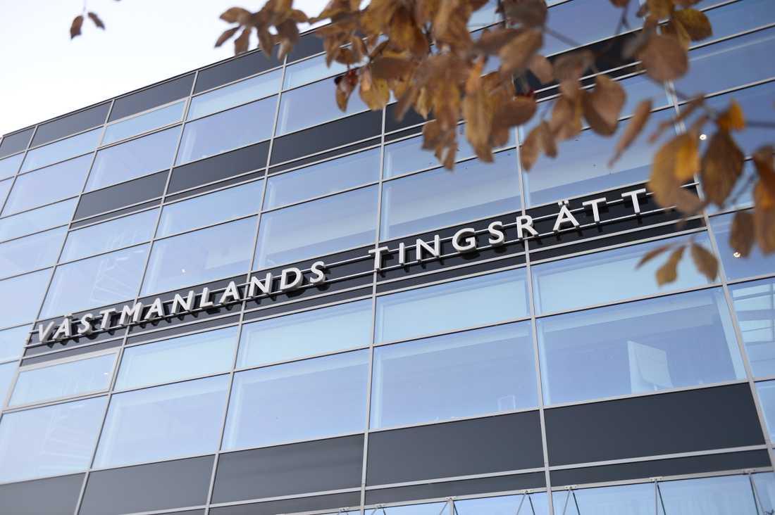 Västmanlands tingsrätt dömer en man till ett långt fängelsestraff för att ha attackerat två personer med sax. Arkivbild.