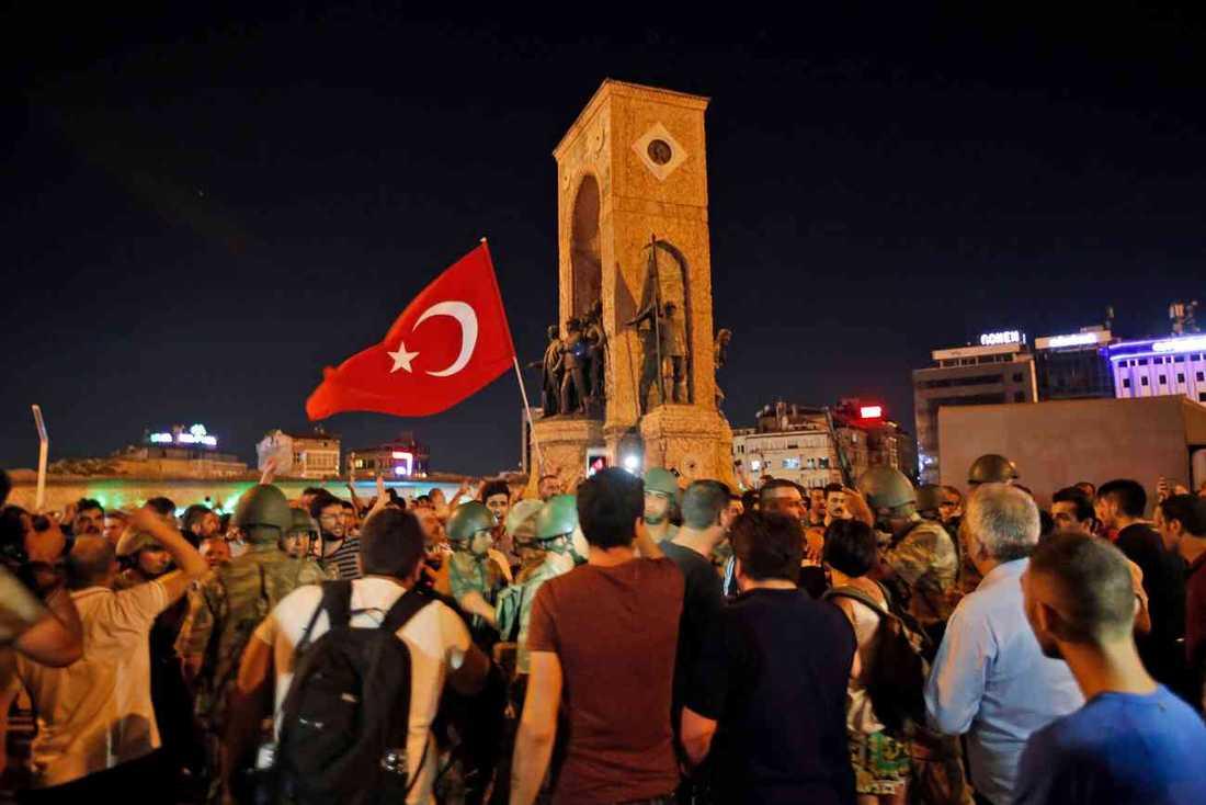 Många turkar tog sig ut på gator och torg för att protestera.