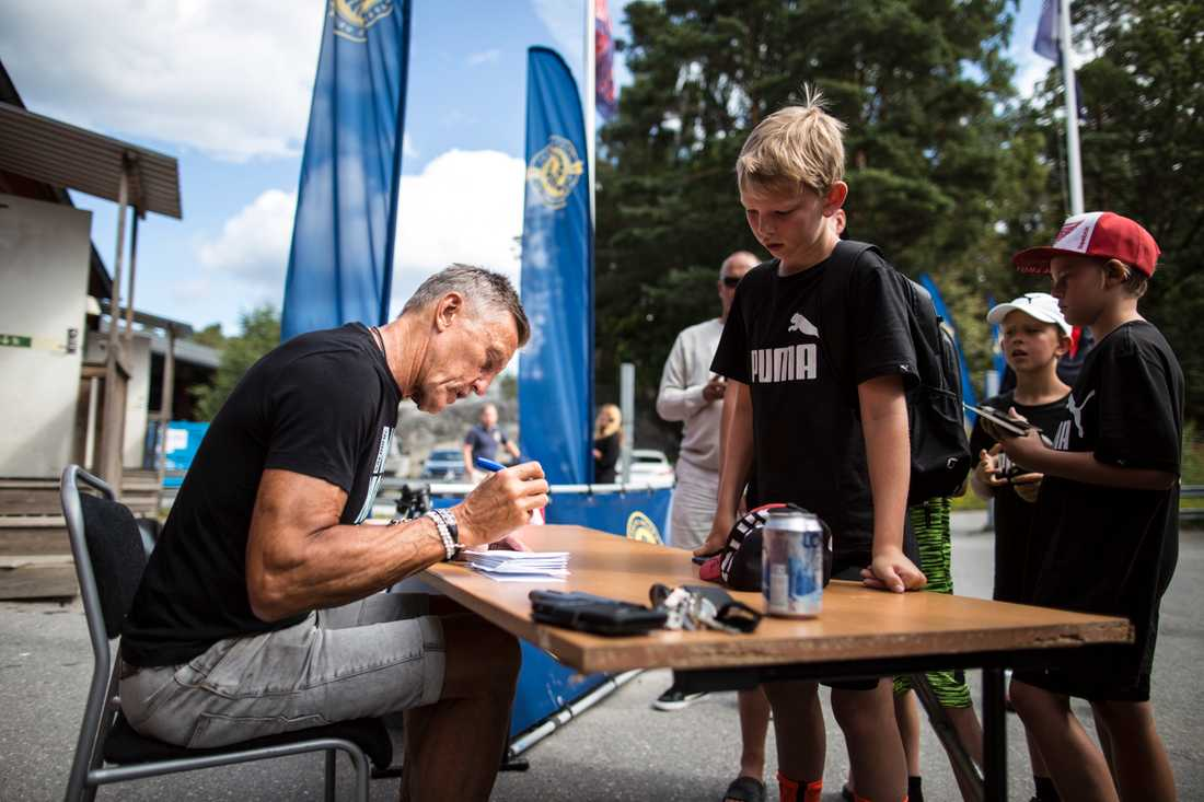 Börje Salming skriver autografer på idrottscampen i Gustavsberg.