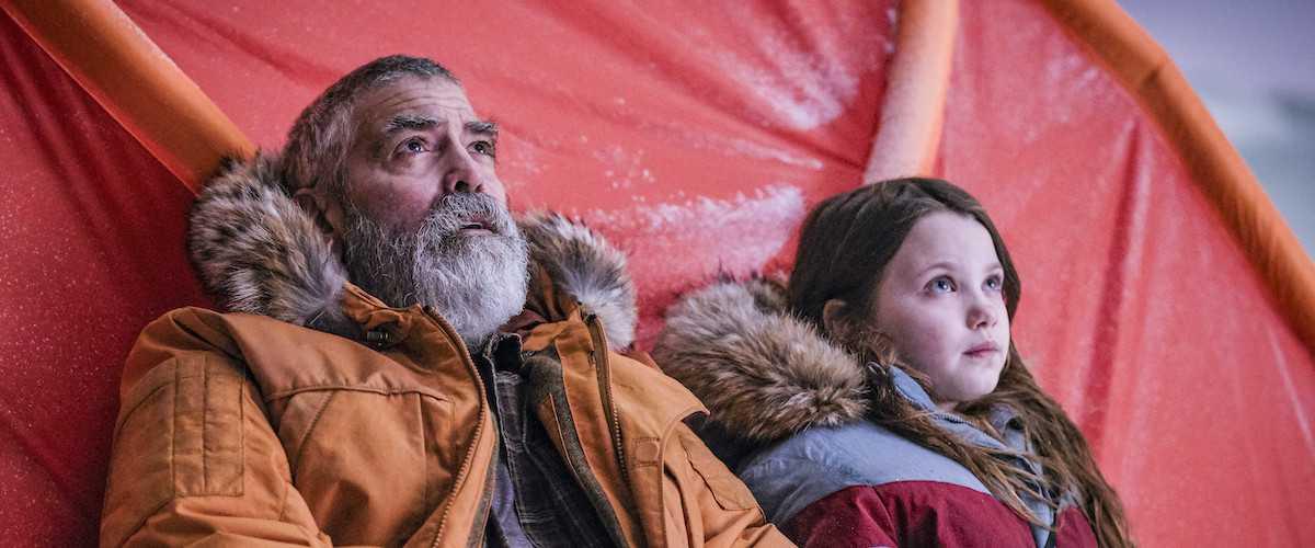"""George Clooney och Caoilinn Springall i """"The midnight sky""""."""