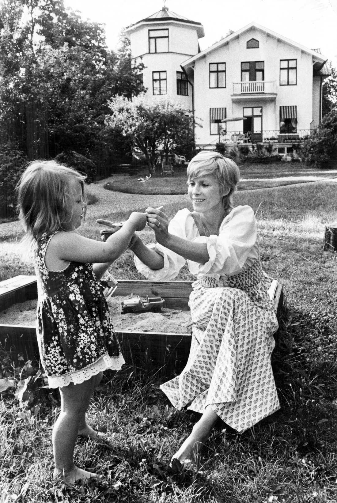 Bibi Andersson med dottern Jenny utanför hennes hus på Lidingö 1975.