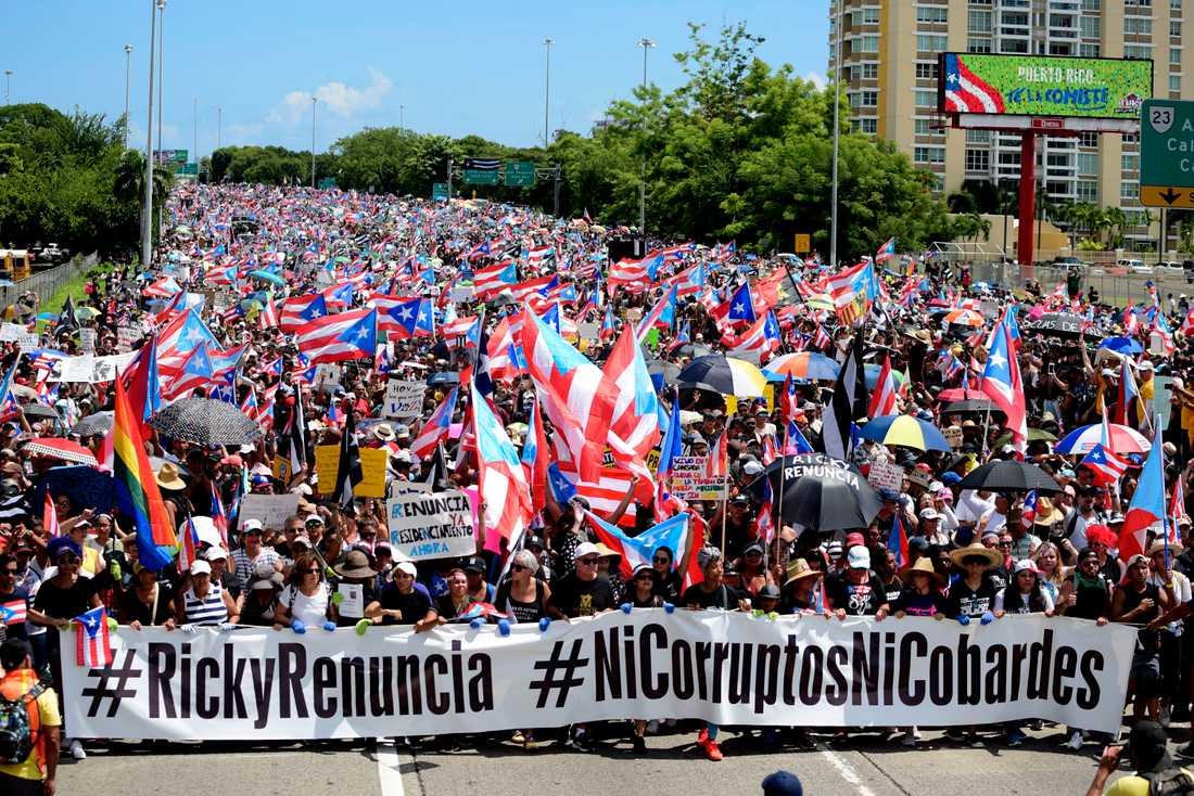 """Hundratusentals tågade genom Puerto Ricos huvudstad San Juan med krav på guvernören Ricardo """"Ricky"""" Rossellós avgång."""
