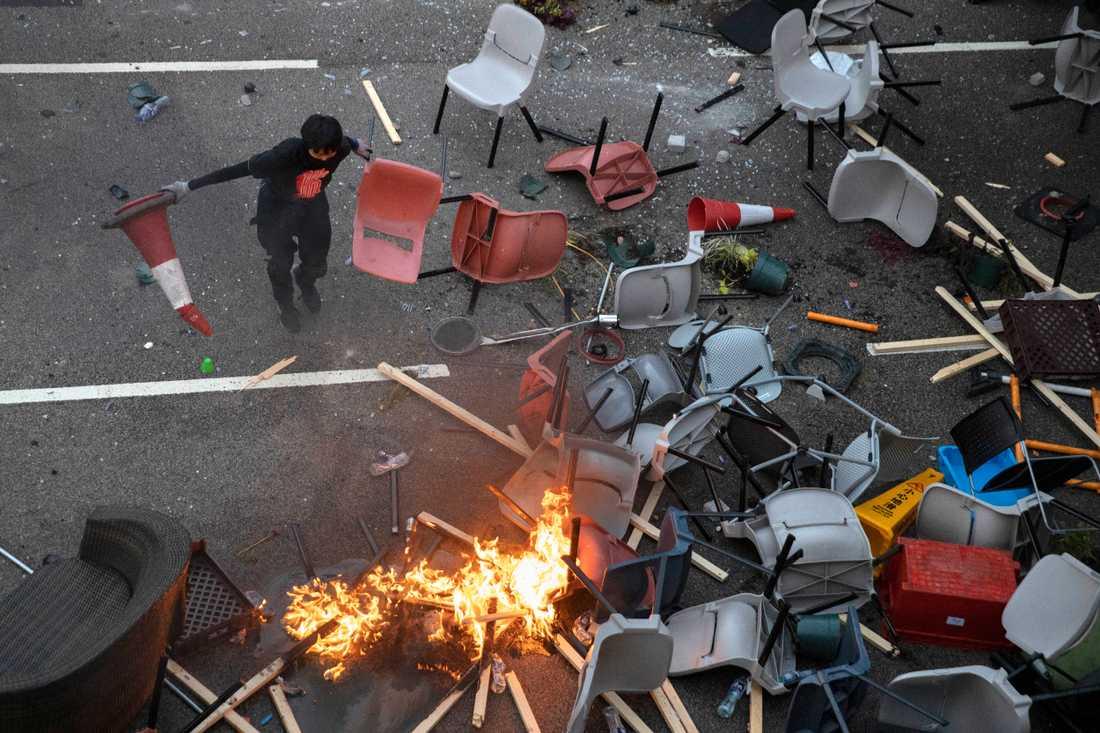 En barrikad som demonstranter byggt upp i Hongkong under torsdagen.