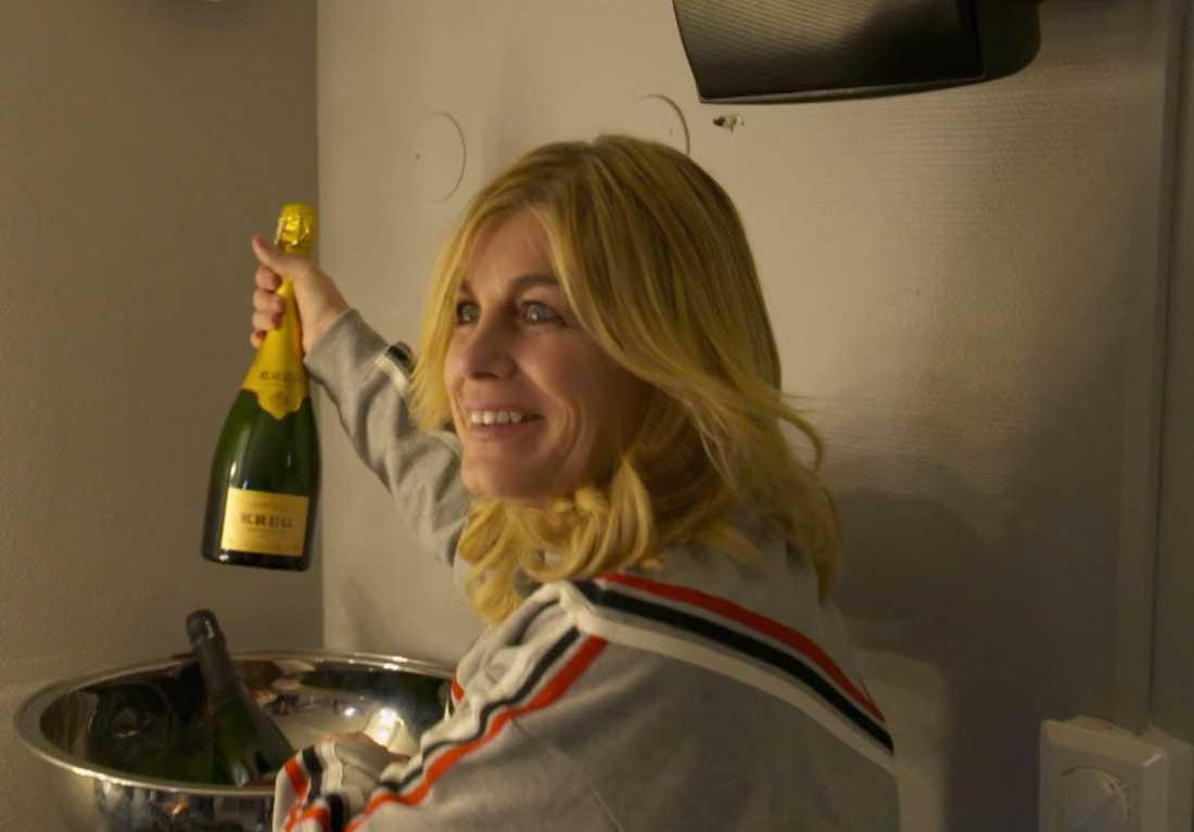 Pernilla Wahlgren är överlycklig över sin champagne