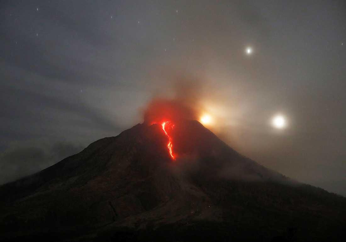 Mount Sinabung har ett utbrott.