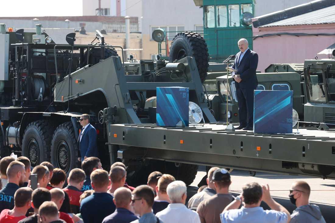 Alexandr Lukasjenko talar till demonstranter vid en traktorfabrik i Minsk.