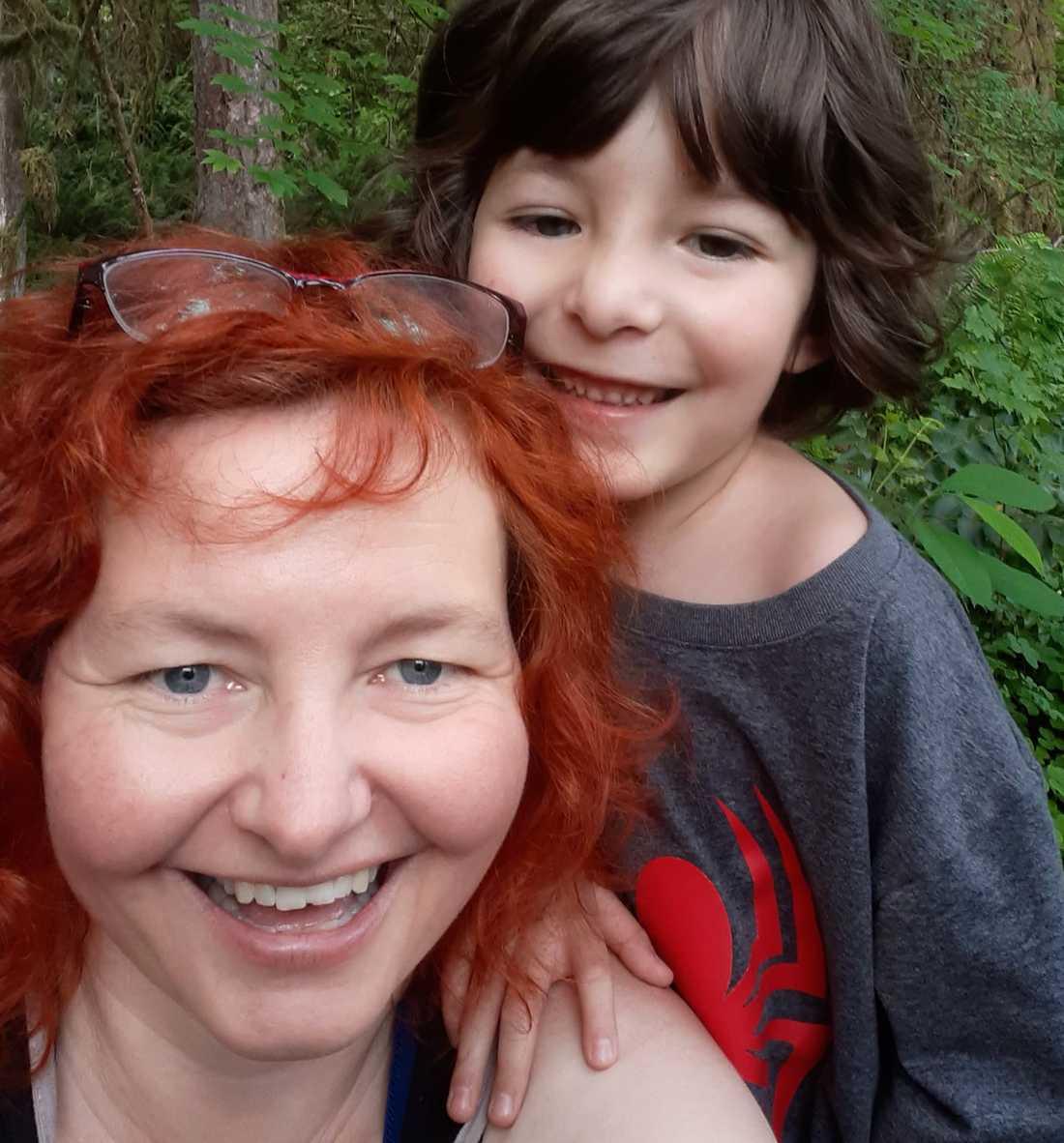 """Anna Björndotter och hennes son Viggo, 6. """"Skogen vi leker i på bilden, som vi älskar, finns inte kvar längre""""."""