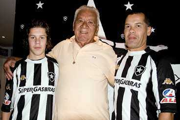 Ulf och sonen Martin, tillsammans med Nilton Santos - tidigare lagkamrat med Garrincha.