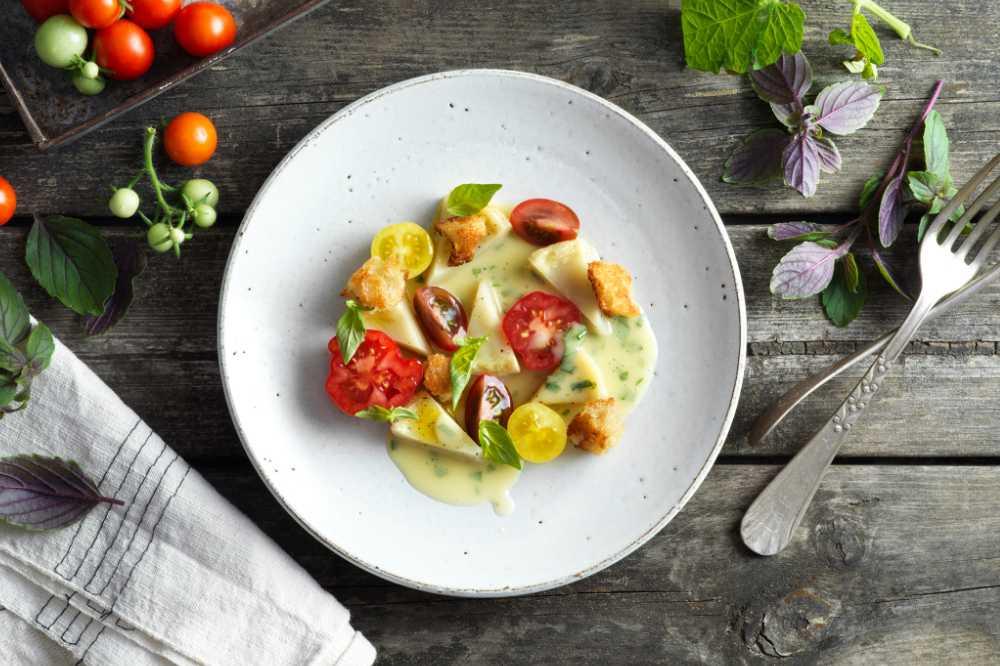 Kronärtskocka med krämig smörsås och färska tomater