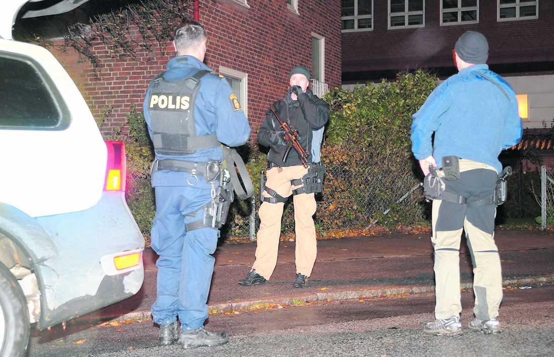 Jagar skytten Polisen sökte efter lasermannen sent i natt i området där Basi Hassan blev skjuten. Efter de senaste skottlossningarna mot invandrare i Malmö börjar många bli oroliga för att vara utomhus och