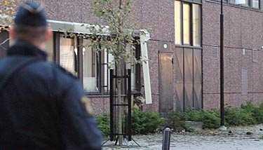 Polishuset i Kungsbacka fick skador när två explosioner detonerade på onsdagsnatten.