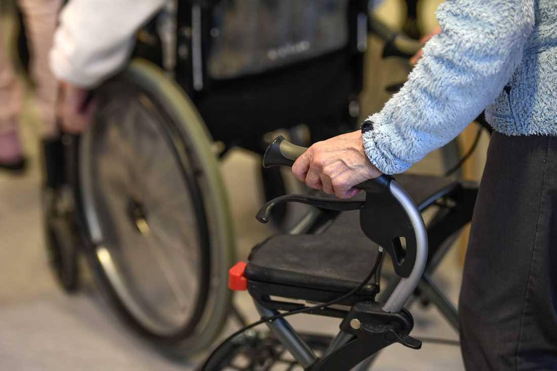 En 85-årig kvinna dog efter en rullstolsolycka på ett äldreboende. Nu har kommunen anmält händelsen.