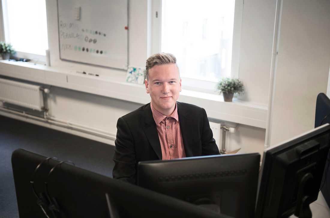 """.... annat är det när han jobbar. Då är det """"Dressed for succéss"""" som gäller. I alla fall än så länge. Men svenskarnas syn på hur vi bör klä oss på jobbet är på väg att förändras, visar en ny undersökning."""