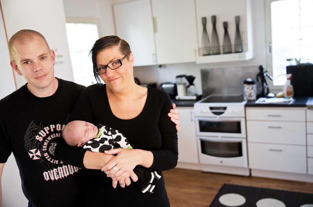 """Fick agera barnmorska  Christian och Johanna Stjärnkvist tvingades föda sonen på köksmattan efter att ha nekats plats på BB i Ystad och  Malmö. """"I en sådan här situation ska du inte behöva känna dig som en belastning"""", säger Johanna Stjärnkvist."""