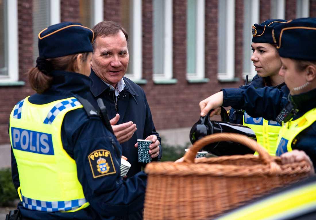 Stefan Löfven är på Sverigeturné,  här besöker han polisen i Göteborg.