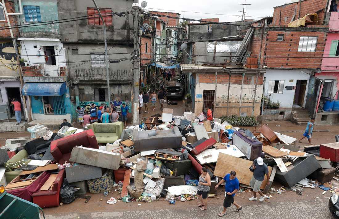 Möbler som har förstörts av översvämningarna i São Paolo.