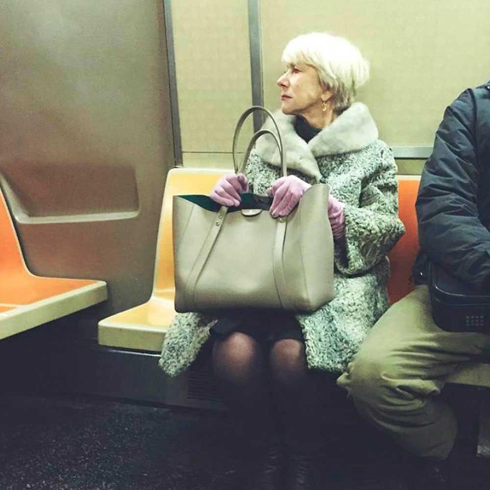 Skådespelaren Helen Mirren fastnade på bild när hon åkte t-bana i New York. Bredvid satt en skrevande man.