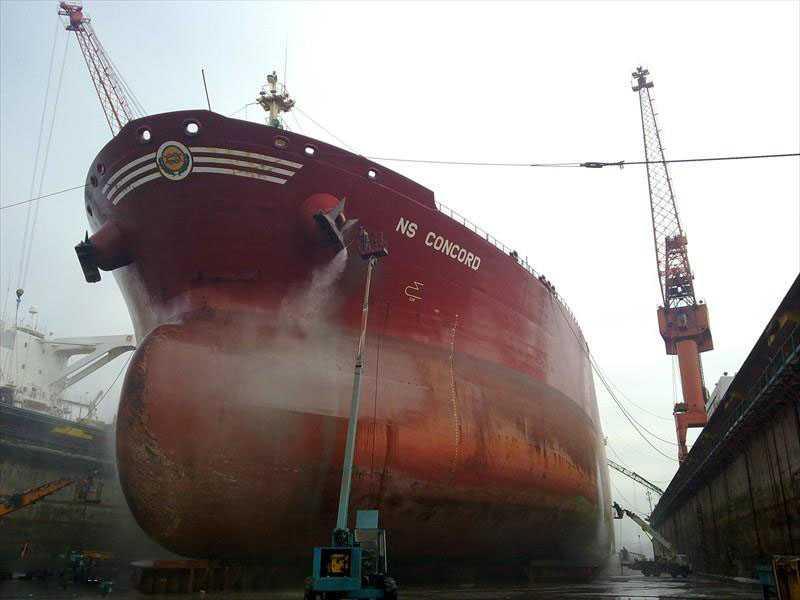Sedan i onsdags ligger den ryskägda oljetankerna NS Concord nästan stilla på internationellt vatten