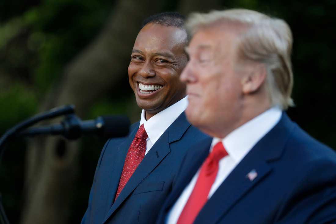 Donald Trump hyllar Tiger Woods vid måndagens ceremoni i Vita husets rosenträdgård.