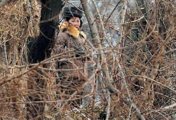 En nordkoreansk soldat vid gränsen under onsdagen.