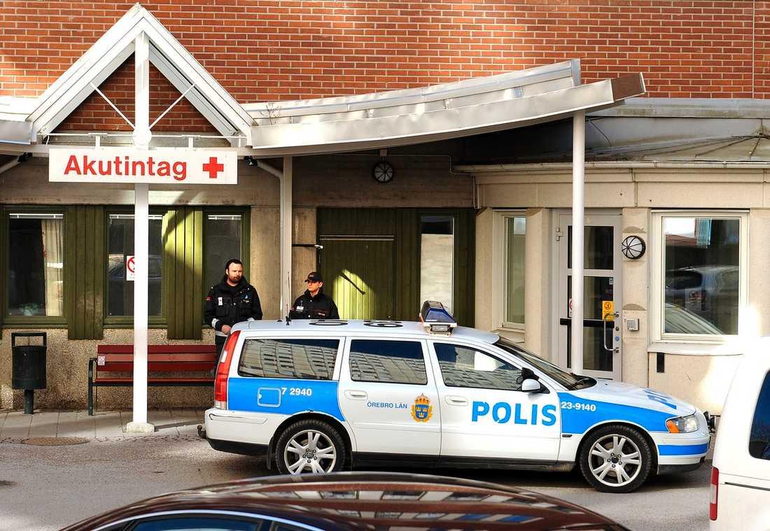 52-åringen fördes med ambulans till akutmottagningen på Örebro universitetssjukhus, men hans liv gick inte att rädda. Klockan 10.10 dödförklarades han. Kriminalvården har nu tillsatt en internutredning. Mordutredningen mot mannen kommer att läggas ned.