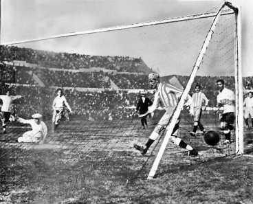 13 länder deltog i VM 1930. Värdnationen Uruguay, Argentina, Brasilien, Chile, Peru, Bolivia, Paraguay, Mexiko, USA, Frankrike, Jugoslavien, Belgien och Rumänien. Finalen (bilden) vann tillsist Uruguay efter att ha besegrat Argentina med 4-2 och blev därmed tidernas första världsmästare i fotboll.