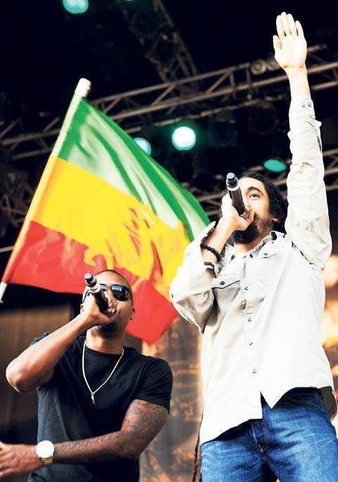 """Stämningen är magisk när Nas och Damian Marley avslutar konserten på Gröna Lund med Bob Marleys klassiker """"Could you be loved""""."""