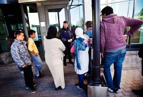 Fyra personer greps efter att ha attackerat konstnären Lars Vilks under en föreläsning vid Uppsala universitet där Vilks bland annat visade en porrfilm med bögar i Muhammedmasker. Släktingar och vänner till de gripna samlades utanför polisstationen i Uppsala.