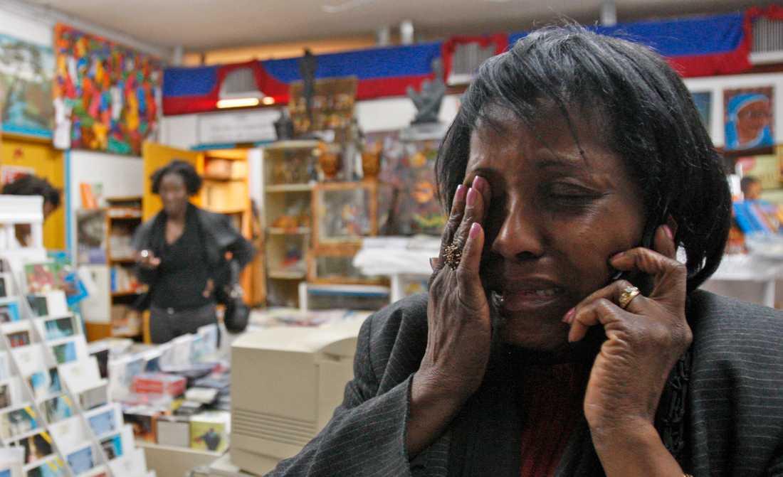 Enligt Reuters är alla mobil- och fasta telefonnät i Port-au-Prince utslagna.