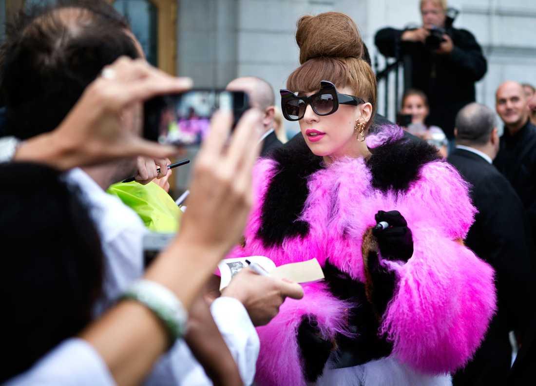 Ebligt den före detta assistenten kräver Gaga bland annat en mannekängdocka med fluffigt rosa pubeshår i logen.