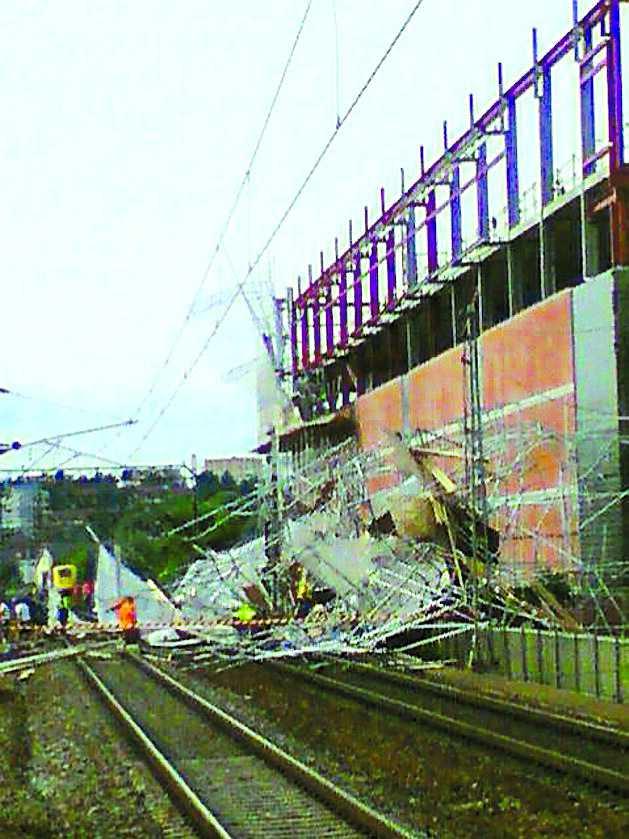 Några timmar senare blåste en byggställning omkull över tågspåren, också i Solna.