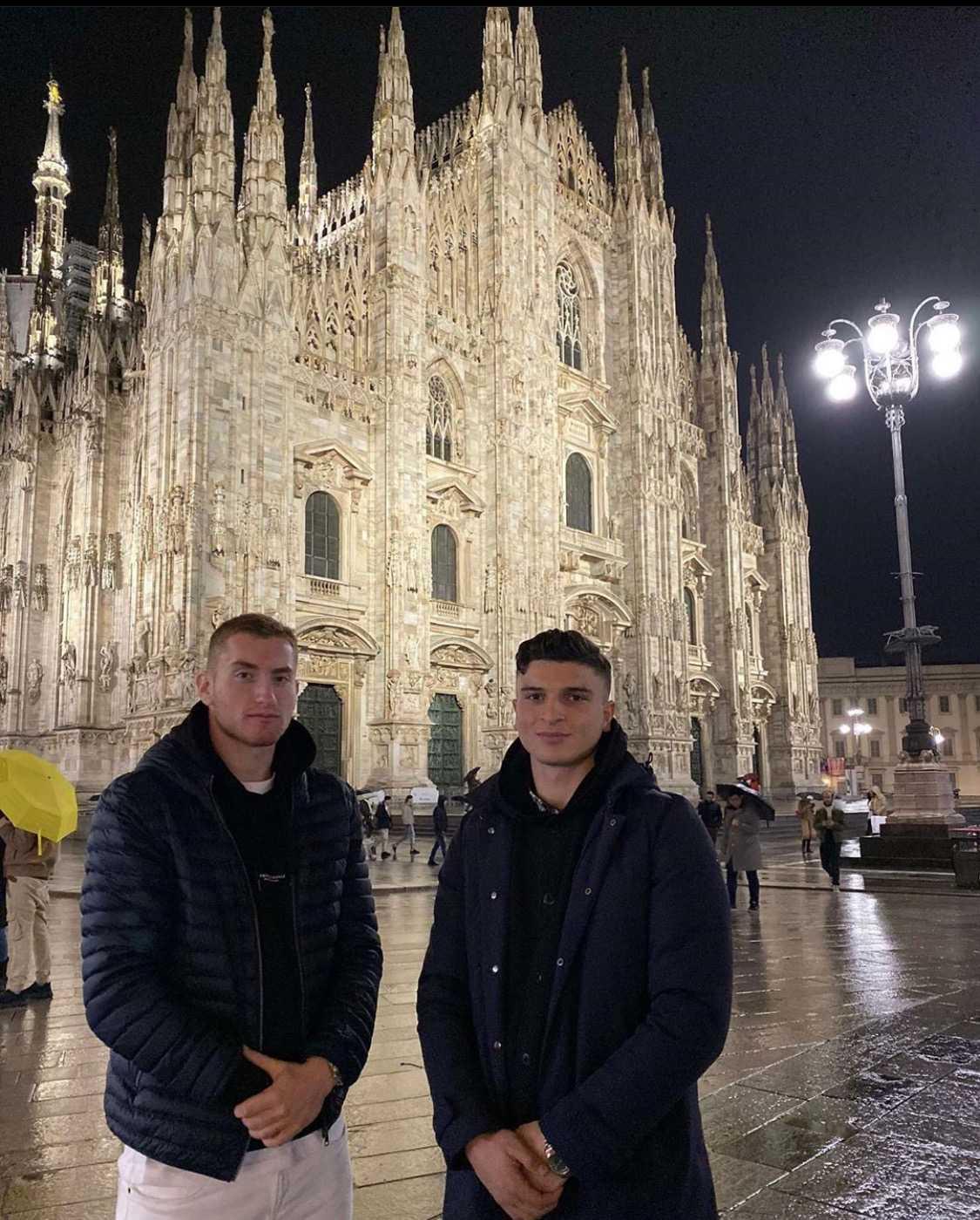 Dejan Kulusevski och Mark Gorgos framför Milanos domkyrka, Il Duomo.
