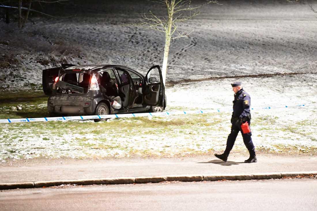 Polisen undersökte en bil som fanns innanför avspärrningarna.