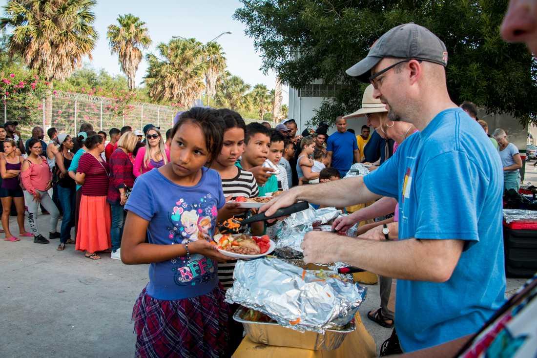 Volontärer kommer med mat till de som väntar vid gränser i Matamoros.
