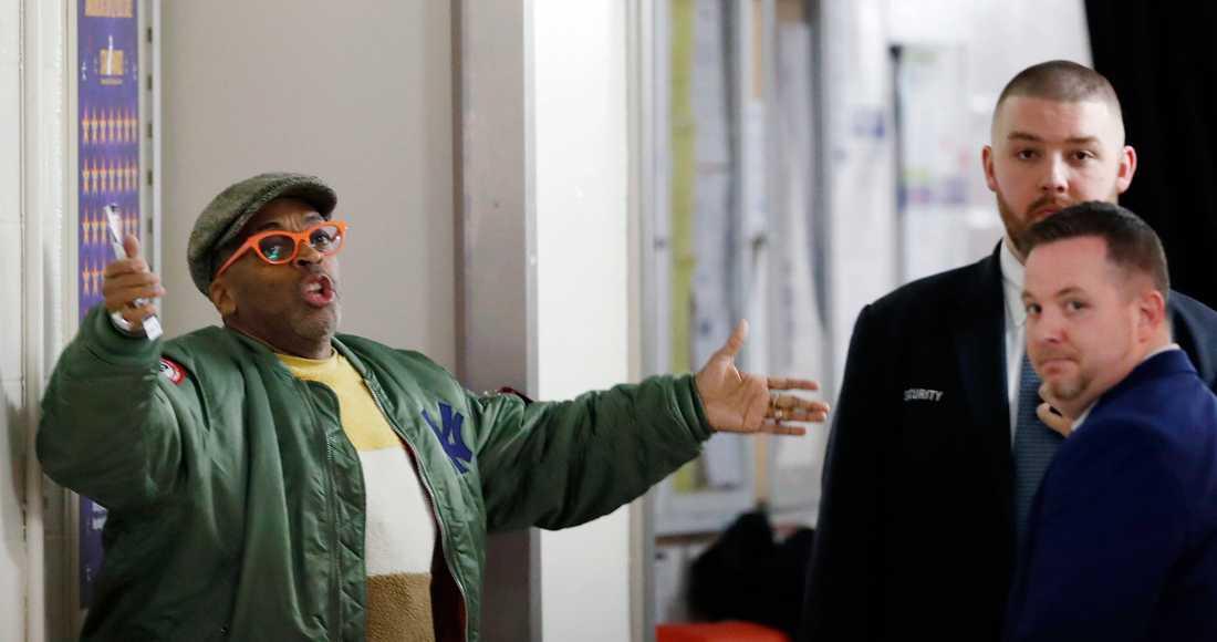 Spike Lee i diskussion med NY Knicks säkerhetspersonal.