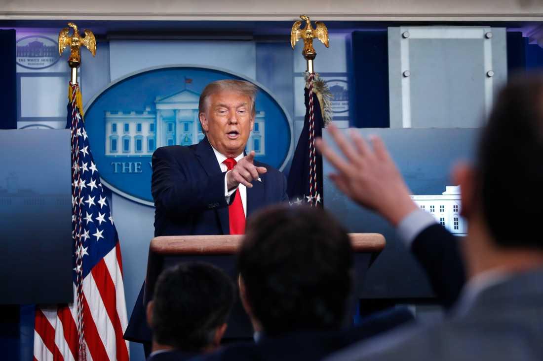 Donald Trump möter pressen.