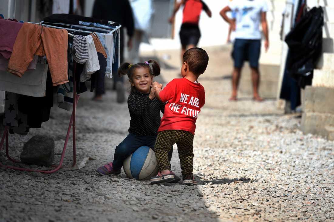 Sveriges hårda asyllag har gjort att kvinnor och barn fastnar i flyktingläger